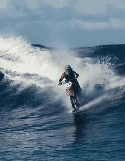 Enlace a Cabalgando las olas con una moto