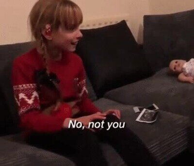 Enlace a Una chica sorda enterándose de que va a tener una hermanita