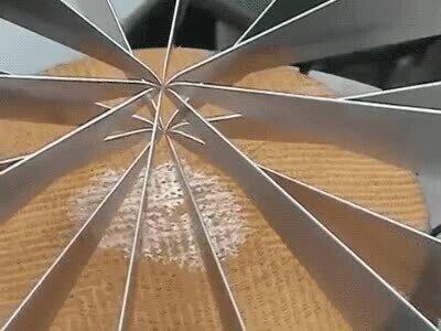 Enlace a Es una pasada ver cómo se corta con precisión