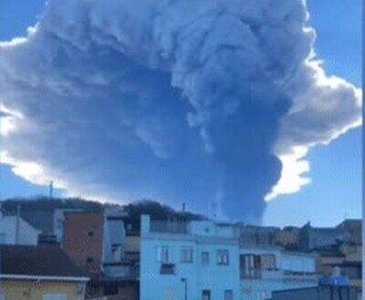 Enlace a La última erupción del volcán Etna deja una intensa lluvia de cenizas en los municipios cercanos