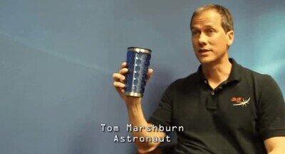 Un astronauta olvidando que la gravedad existe