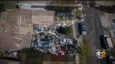 Enlace a  Imágenes de drones muestran montones de basura que rodean una casa en la sección de Granada Hills en Los Ángeles.