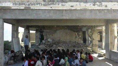 Enlace a Una escuela de Yemen en la que las aulas han quedado destruídas por la guerra