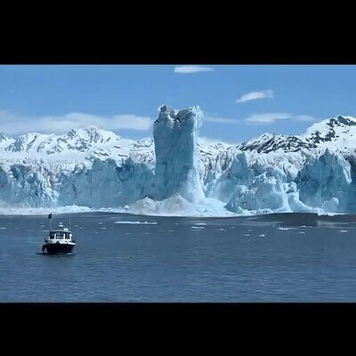 Un bloque de hielo que emerge 60 metros antes de derrumbarse