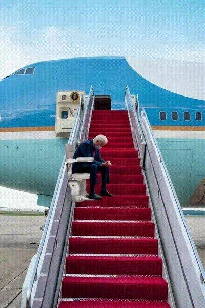 Enlace a Habrá que subir a Biden de esta forma al Air Force One