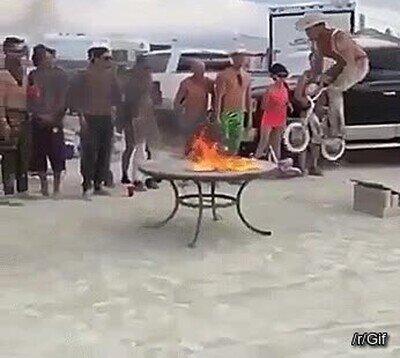 Enlace a El salto más espectacular a cámara lenta y atravesando unas llamas