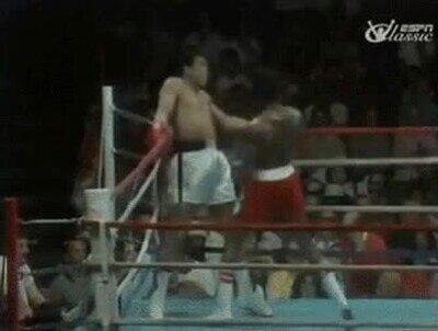 Enlace a Ali esquivando 21 puñetazos en 10 segundos