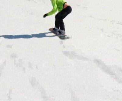 Enlace a Una espectacular toma de alguien haciendo snowboard