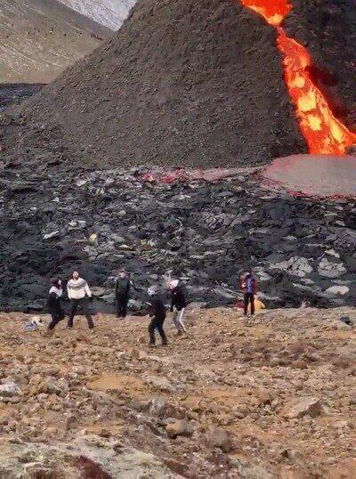 Enlace a Juegan a voleibol mientras el volcán Fagradalsfjall erupciona
