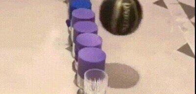 Enlace a Humor amarillo con una pelota de ping pong