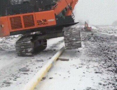 Enlace a Una máquina gigante esquivando una tubería de la forma más fina