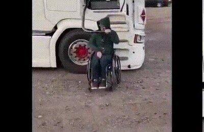 Un genial truco para poder subir al camión