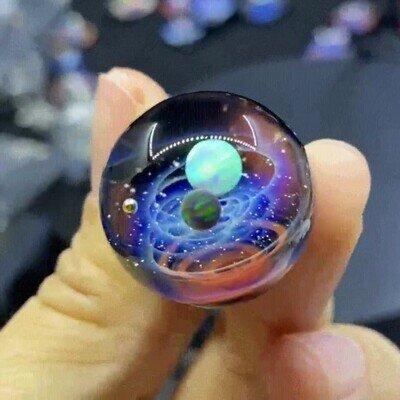 Un mini sistema solar en la palma de la mano