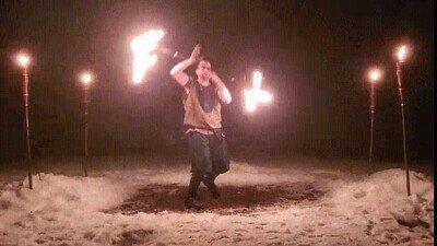 Enlace a Haciendo malabares con fuego girando
