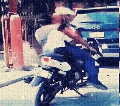 Enlace a Truco para que un chaval baje de la moto