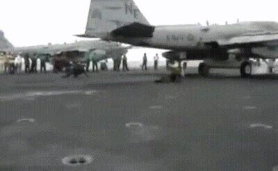 Enlace a Nunca te pongas detrás de un avión cuando despega
