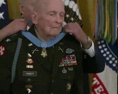 Enlace a Premiando a un veterano de 94 años