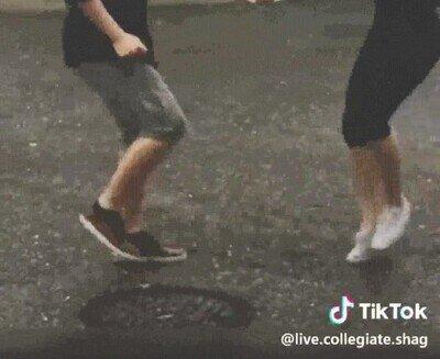 Enlace a Una pareja bailando bajo la lluvia