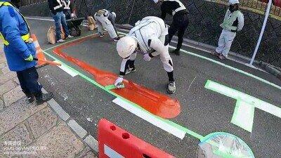 Enlace a Así se coloca la pintura no deslizante en las calles