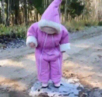Enlace a Un bebé descubriendo que el hielo resbala