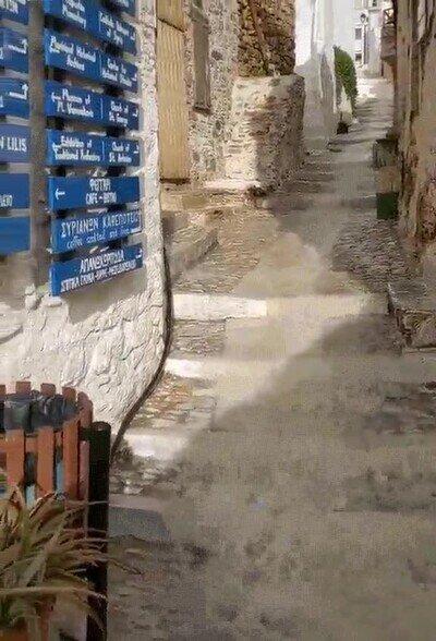 Enlace a Caminar por esta calle de Grecia es tan bonito como peligroso
