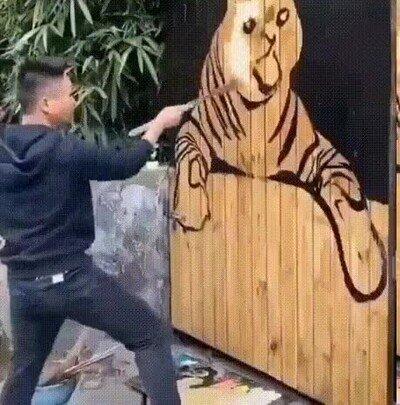 Enlace a Dibujando un tigre en una puerta de madera