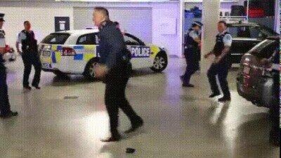 Enlace a Así me imagino a los policías en las noches de poco trabajo
