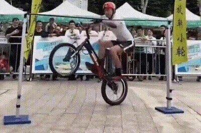 Enlace a Impresionante salto vertical con la bici