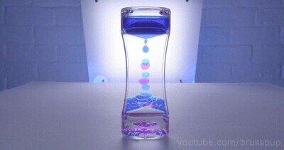 Enlace a Un reloj de arena creado con burbujas