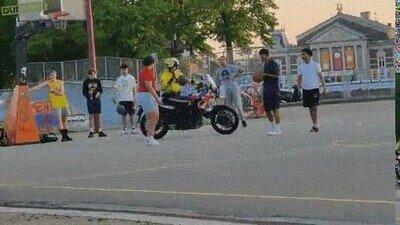 Enlace a La policía enseñando cómo se juega a baloncesto desde la moto
