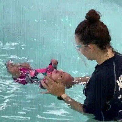 Enlace a Un bebé aprendiendo cómo nadar