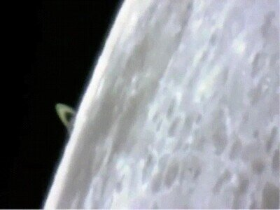 Enlace a Saturno capturado moviéndose detrás de la Luna
