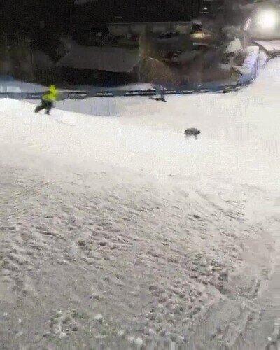 Enlace a Un salto increíble sobre la tabla de snow