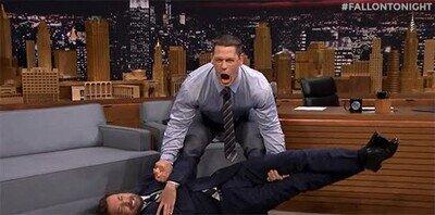 Enlace a Jimmy Fallon siendo levantado por John Cena
