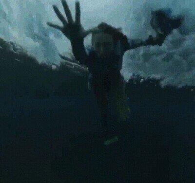 Enlace a Una buceadora arrastrada por una ola