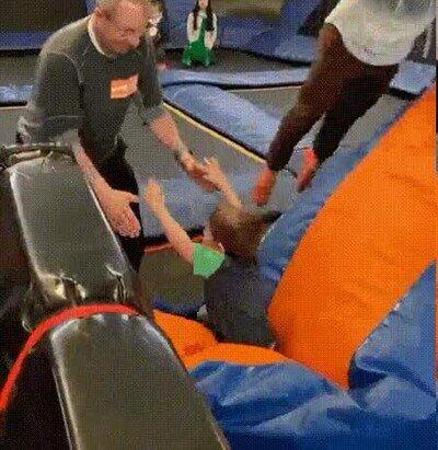 Enlace a Este padre se saltó la clase de buenos reflejos y se le va el niño 5 metros arriba
