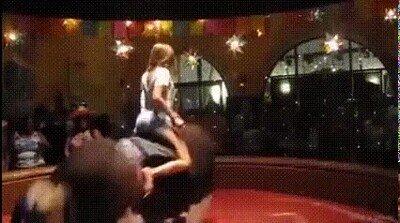 Esta chica tiene años de experiencia encima de un toro mecánico