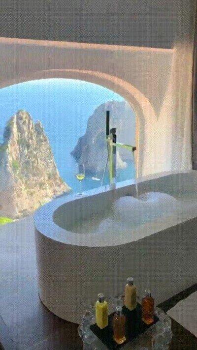 Enlace a Un baño con una vista impresionante en Capri, Italia