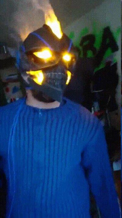 Enlace a No es Halloween y este tío ya ha ganado con su máscara echando humo