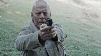 Enlace a La típica pose de Bruce Willis en todas sus películas