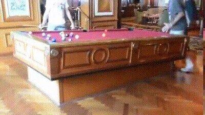 Enlace a Una mesa estabilizada para jugar a billar en un barco
