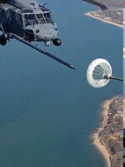Enlace a Helicóptero repostando en el aire