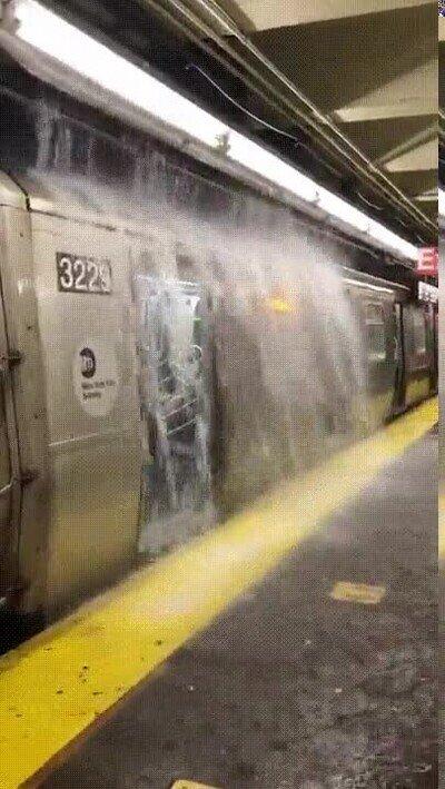 Enlace a Una cascada en el metro de Nueva York