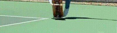 Enlace a Tremendo truco con el skate mientras haces rodar una pelota de baloncesto