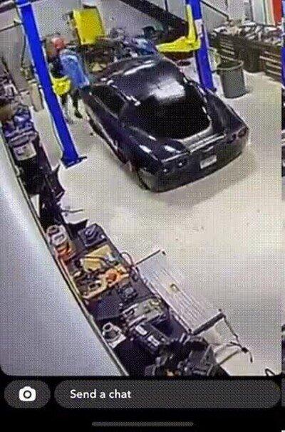 Enlace a Menuda liada en el taller de coches