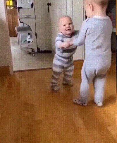 Enlace a Su hermano mayor le enseña a caminar
