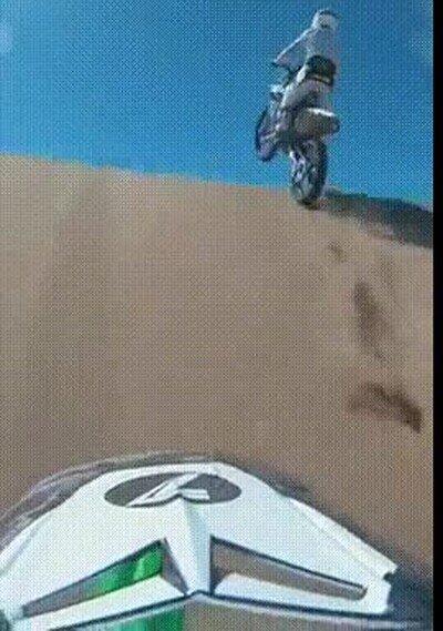 Enlace a Increíble salto con la moto en el desierto