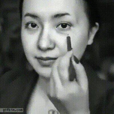 Enlace a Una chica se maquilla como Albert Einstein