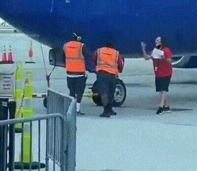 Enlace a Se le había caído el teléfono al piloto del avión