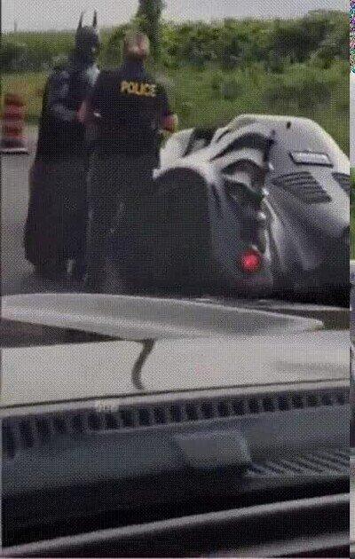 Enlace a Han detenido a Batman por exceso de velocidad